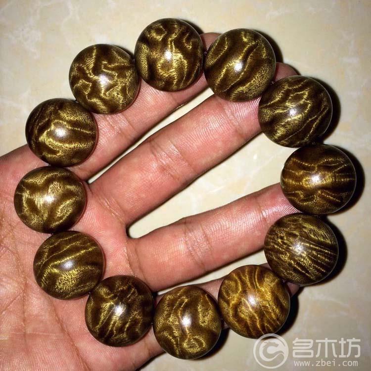 金丝楠手串是阴沉木金丝楠和满丝金丝楠了,我们价格仅售200-400元左右,市场上都卖到600-800元了。 一串好的金丝楠木手串我们主要是看他的花纹,一般水波纹的不是很贵,最贵的当属龙胆纹了,他的花纹相当漂亮,做佛珠手串对原材料要求很苛刻,所以能做珠子的金丝楠木手串少之又少。 一串极品的金丝楠木手串要卖了2万以上了。 下面都是一些极品的金丝楠木手串,都己经被收藏了,如果有喜欢的朋友可以加我们慰微信预定!(微信号3554406)