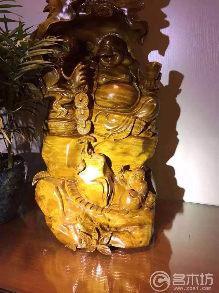 【材质】:小叶桢楠:精品 【品名】:金丝楠木摆件三子弥勒佛 【规格】:高64*30*26 【特色】:金丝楠木水波闪电纹,黄金底,纹理清晰,立体感强,造型独特,材质相当漂亮,工艺精湛,设计完美,实物更好,超漂亮